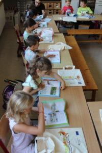 9-kinder-lesen-in-ihrem-buch