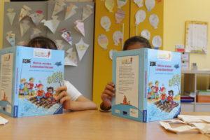 zwei-lesende-kinder