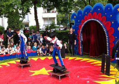 Vorstellung: Zwei Jungen stehen auf wackligen Bretter